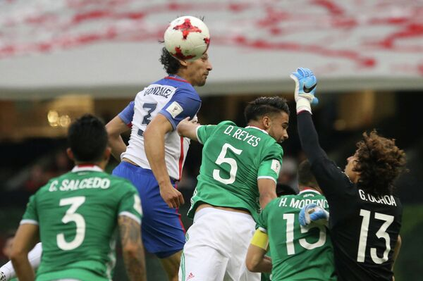 Игровой момент матча между сборными США и Мексики