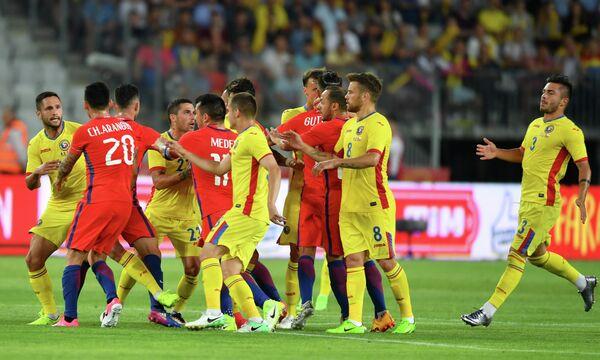 Футболисты сборных Румынии и Чили