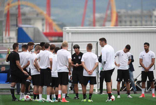Главный тренер сборной Германии по футболу Йоахим Лев (в центре)