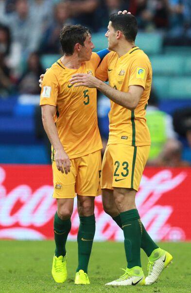 Полузащитники сборной Австралии по футболу Марк Миллиган и Том Рогич (слева направо)