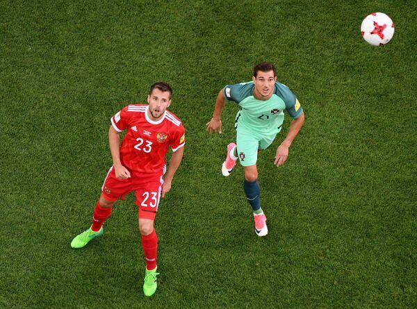 Защитник Спартака и сборной России Дмитрий Комбаров (слева)