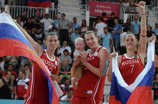 Игроки сборной России по баскетболу 3х3 Анна Лешковцева, Татьяна Видмер с сыном Семёном и Татьяна Петрушина (слева направо)