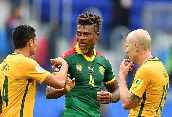 Защитник сборной Камеруна по футболу Адольф Тейку (в центре)