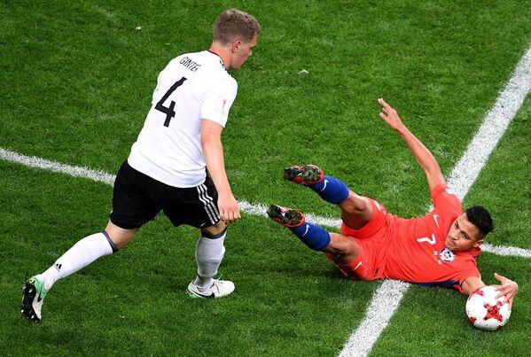 Слева направо: защитник Маттиас Гинтер (Германия) и нападающий Алексис Санчес (Чили)