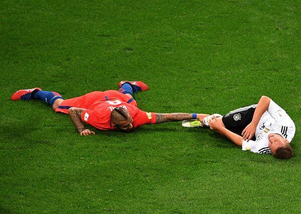 Слева направо: полузащитник Артуро Видаль (Чили) и защитник Йозуа Киммих (Германия)