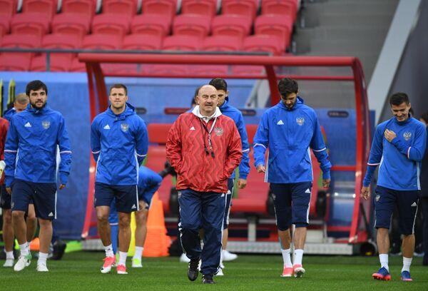 В центре: главный тренер сборной России Станислав Черчесов
