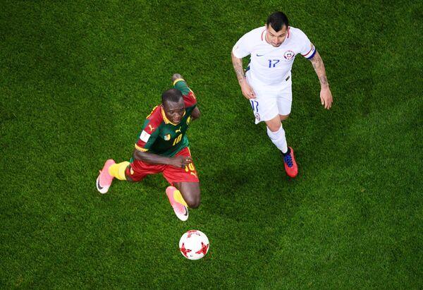 Форвард сборной Камеруна Венсан Абубакар (слева) и полузащитник сборной Чили Гари Медель