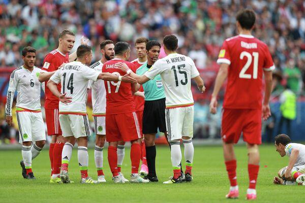 Игровой момент матча Кубка конфедераций-2017 по футболу между сборными Мексики и России
