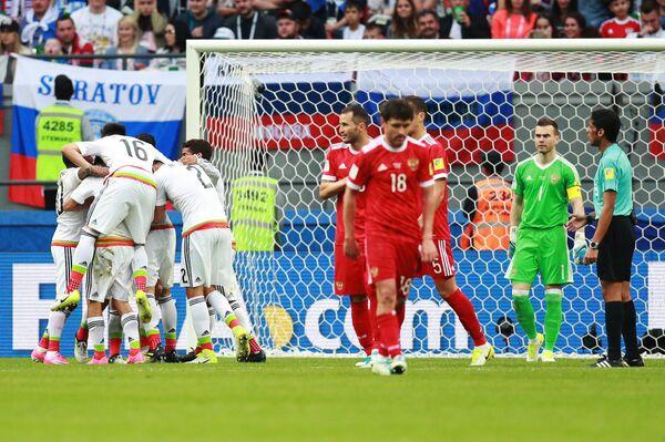Игроки сборной Мексики радуются забитому голу во время матча Кубка конфедераций-2017 по футболу между сборными Мексики и России