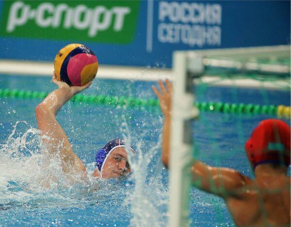 Ватерполист сборной России Даниил Меркулов (слева)