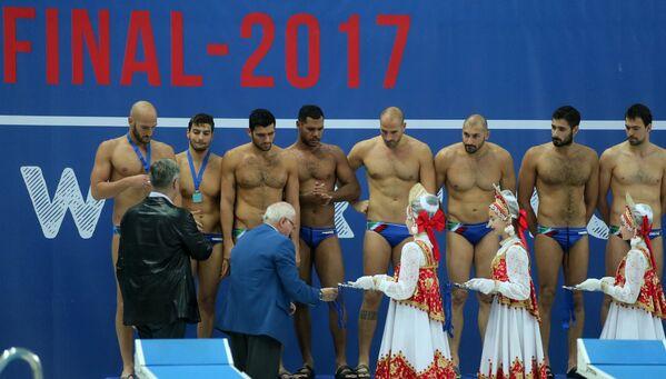 Ватерполисты сборной Италии во время церемонии награждения