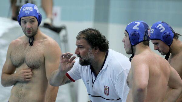 Главный тренер сборной Сербии по водному поло Деян Савич (второй слева) и игроки команды