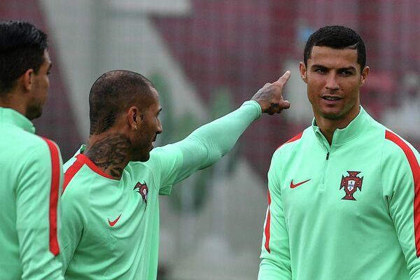 Футболисты сборной Португалии Криштиану Роналду и Рикарду Куарежма (справа налево)