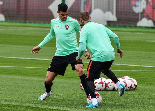 Футболисты сборной Португалии Пепе (слева) и Рикарду Куарежма
