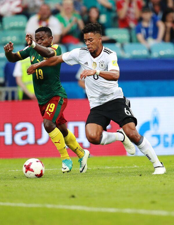Защитник сборной Германии по футболу Бенджамин Хенрихс (справа)