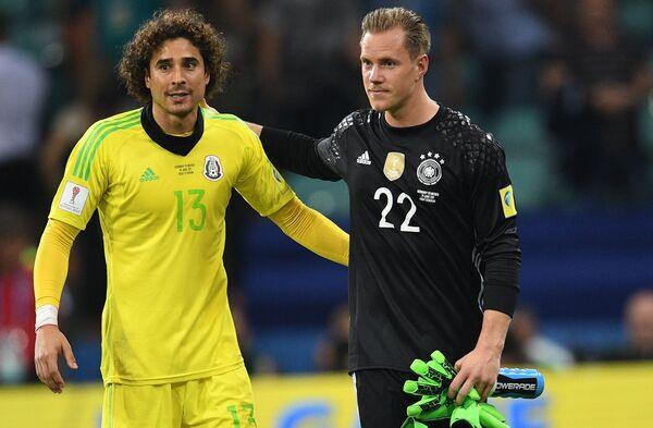 Вратарь сборной Мексики Гильермо Очоа (слева) и вратарь сборной Германии Марк-Андре тер Штеген