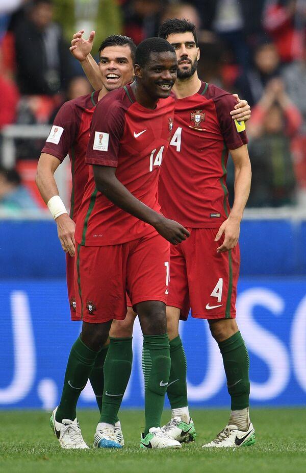 Игроки сборной Португалии по футболу Пепе, Виллиам Карвалью и Луиш Нету (слева направо)