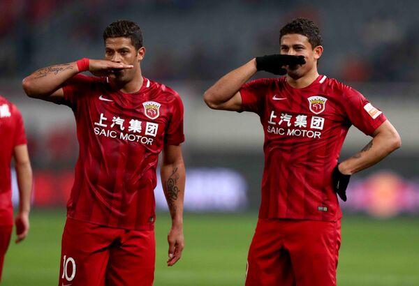 Футболисты китайского клуба СИПГ Халк и Элкесон (слева направо)
