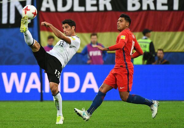 Нападающий сборной Германии по футболу Ларс Штиндль и защитник команды Чили Гонсало Хара (слева направо)