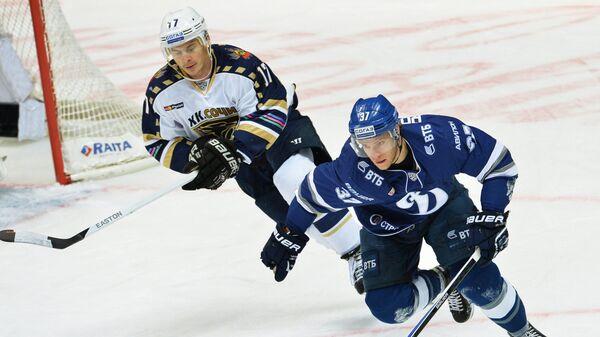 Игрок Сочи Илья Крикунов (слева) и игрок Динамо Мэт Робинсон