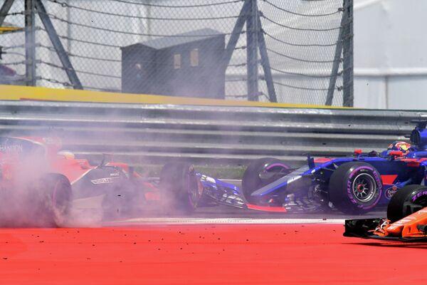 Российский пилот команды Формулы-1 Торо Россо Даниил Квят (справа) и испанский гонщик команды Формулы-1 Макларен Фернандо Алонсо