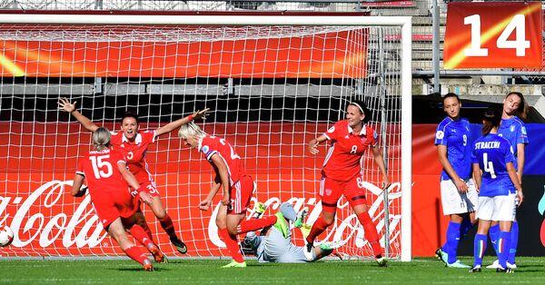 Футболистки сборной России радуются забитому мячу. Третья слева - автор гола полузащитник Елена Морозова