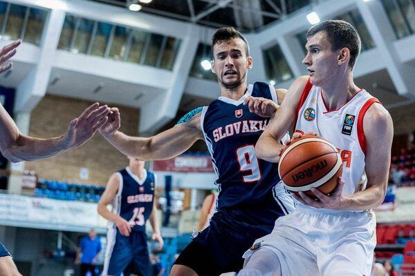 Игровой момент матча юношеского среди игроков до 20 лет) чемпионата Европы по баскетболу между сборными России и Словакии