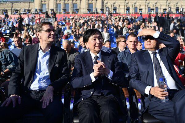 Чинг-Куо Ву (в центре) и Александр Жуков (слева)