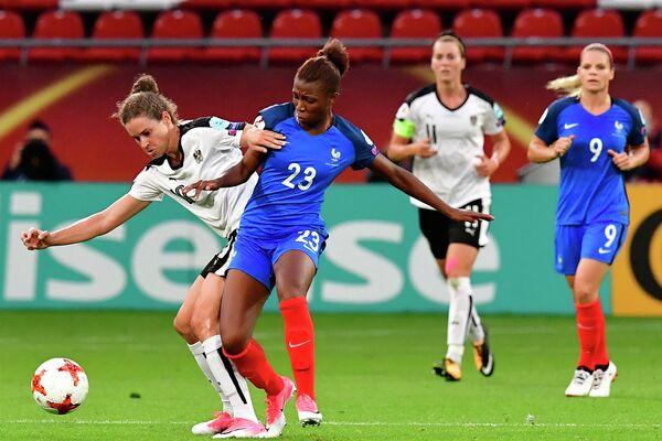 Игровой момент матча женских команд Франции и Австрии