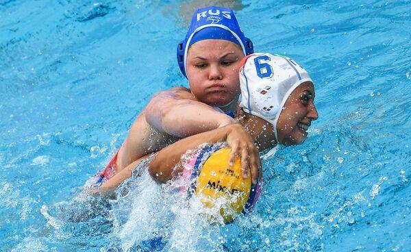 Ватерполистка сборной России Мария Борисова (слева) и ватерполистка сборной Италии Розариа Аелло