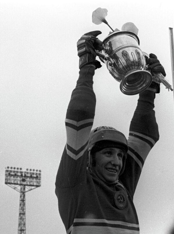 Капитан сборной по хоккею с мячом Валерий Маслов