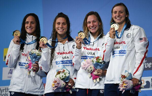 Пловчихи сборной США Леа Смит, Мэллори Комерфорд, Мелани Маргалис, Кэти Ледеки (cлева направо)