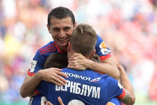 Футболисты ЦСКА Алан Дзагоев и Понтус Вернблум (справа) радуются забитому мячу