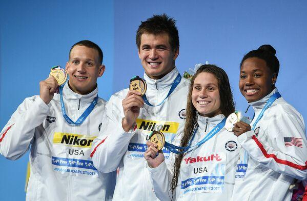 Пловцы сборной США Калеб Ремел Дрессел, Натан Эдриан, Мэллори Камерфорд и Симона Мануэль (слева направо)
