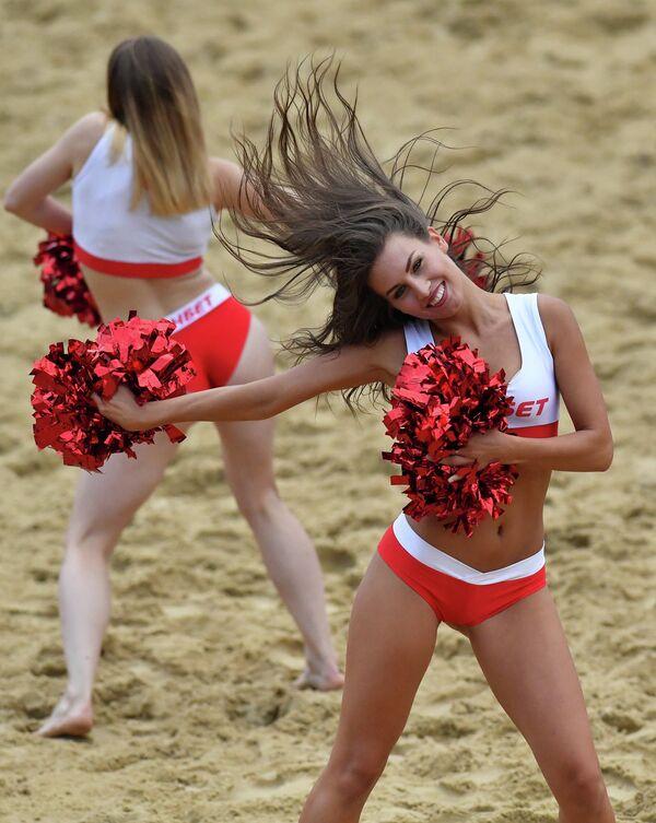 Чирлидерши во время матча этапа Евролиги по пляжному