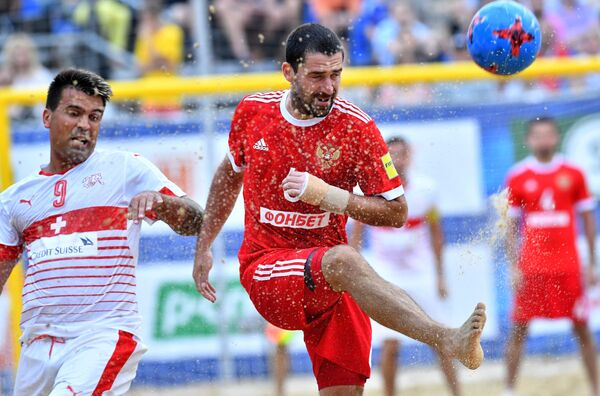 Игрок сборной Швецарии Деян Станкович (слева) и игрок сборной России Дмитрий Шишин