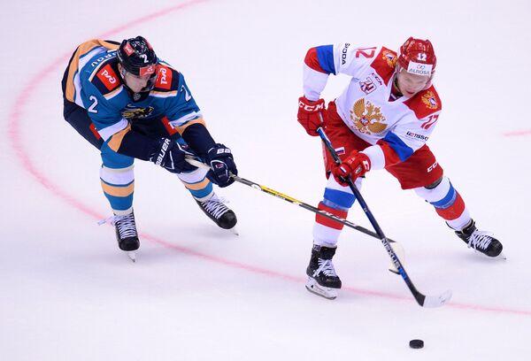 Защитник ХК Сочи Юрий Александров (слева) и нападающий олимпийской сборной России Кирилл Капризов