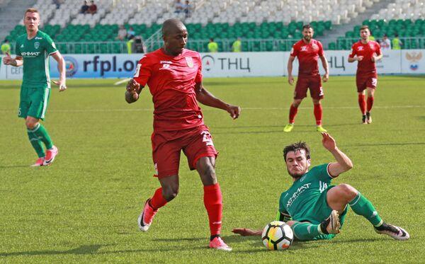 Нападающий ФК Уфа Кеинде Фатай (слева) и защитник ФК Ахмат Ризван Уциев
