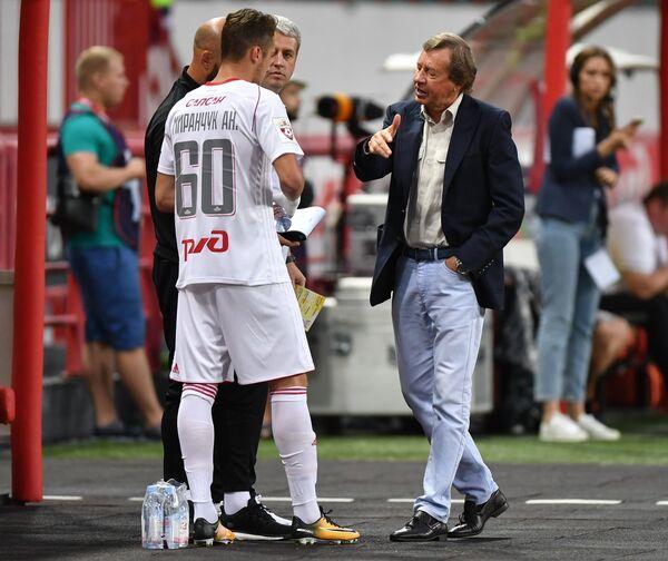 Полузащитник ФК Локомотив Антон Миранчук (слева) и главный тренер ФК Локомотив Юрий Семин