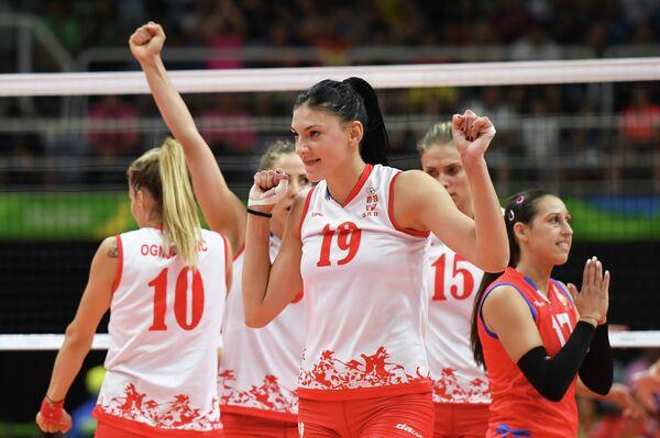 Диагональная сборной Сербии по волейболу Тияна Бошкович (на первом плане в центре)