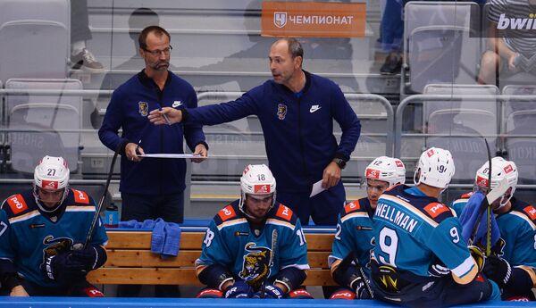 Главный тренер ХК Сочи Сергей Зубов (справа на втором плане)