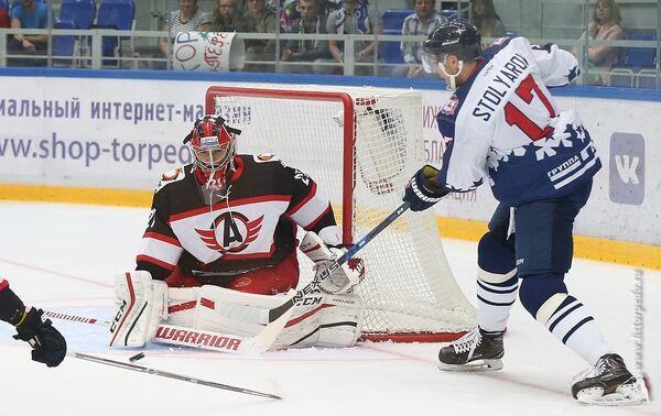 Форвард Торпедо Геннадий Столяров (справа) в матче против Автомобилиста