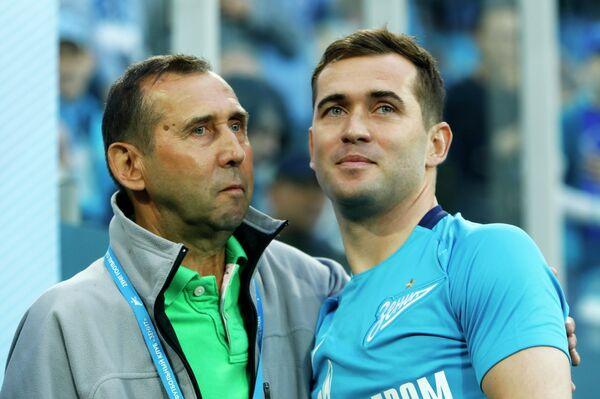 Игрок ФК Зенит Александр Кержаков (справа) с отцом Анатолием Кержаковым