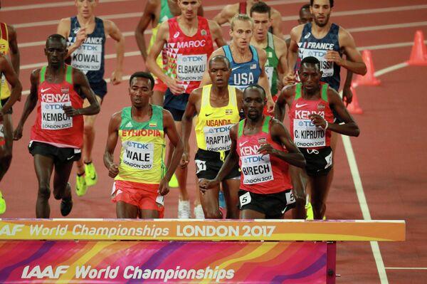 Спортсмены во время финального забега на 3000 метров