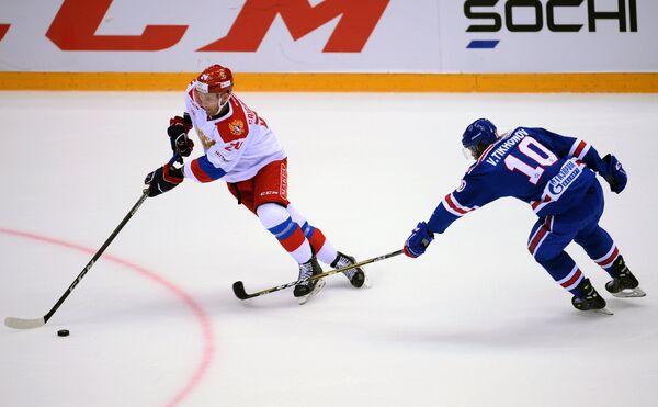Форвард олимпийской сборной России Михаил Григоренко (слева) и нападающий ХК СКА Виктор Тихонов