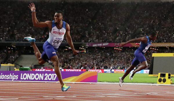 Финиш эстафеты 4 по 100 метров: сборная Великобритания (слева) и сборная США