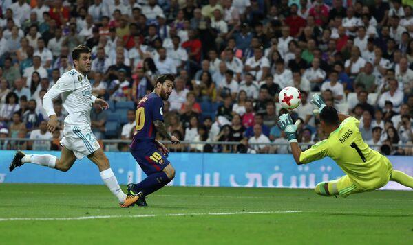 Полузащитник Реала Матео Ковачич, нападающий Барселоны Лионель Месси и вратарь Реала Кейлор Навас (слева направо)