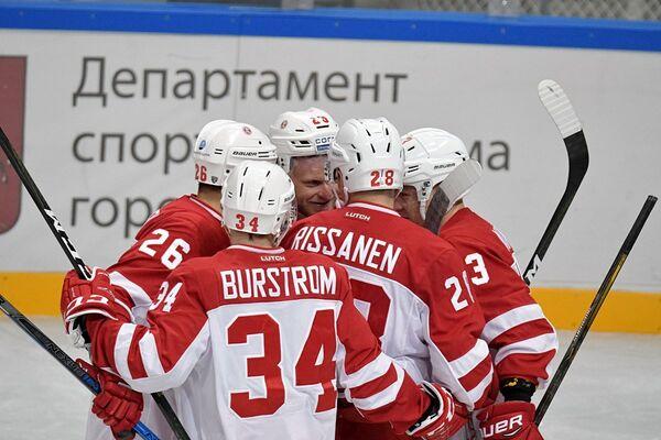 Хоккеисты Витязя Алексей Копейкин, Никлас Бурстрем и Яакко Риссанен (слева направо)