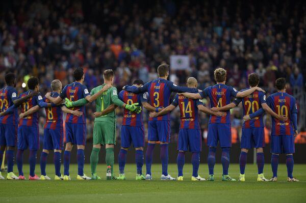 Футболисты Барселоны во время минуты молчания