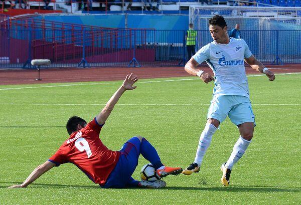 Форвард ФК СКА-Хабаровск Руслан Корян (слева)